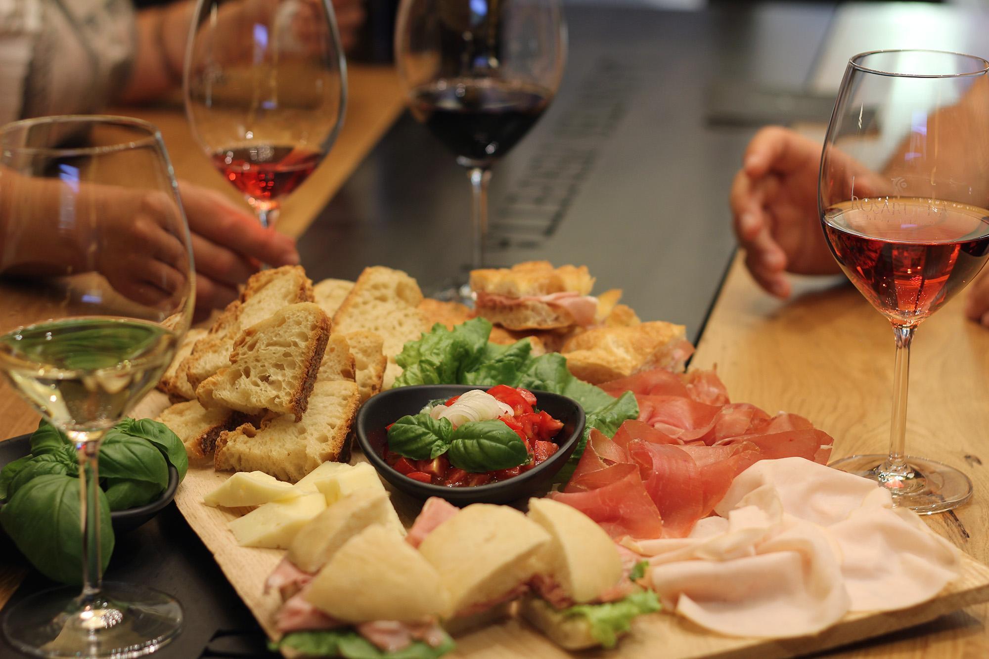 Tagliere aperitivo a Pescara con calici di vino